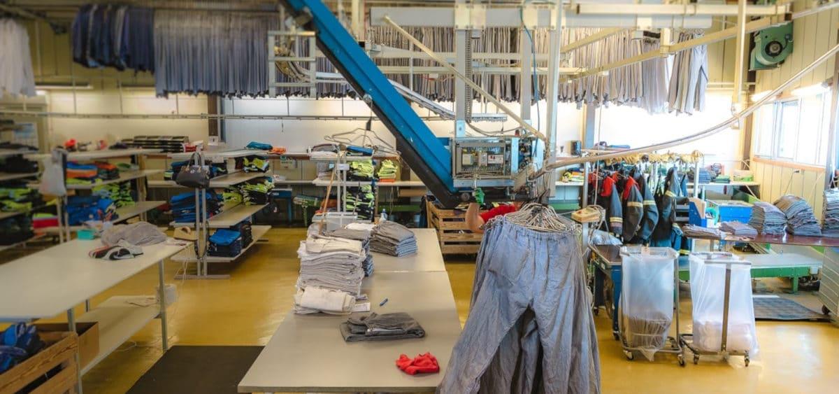 Renholdsfabrikk som rengjør arbeidsklær
