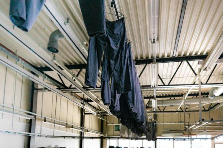 Arbeidsklærne henger til tørk