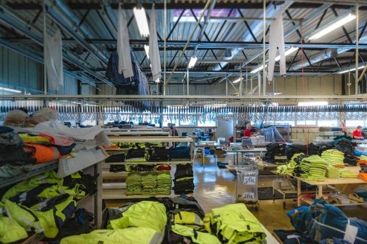 Et lager fullt med arbeidsklær