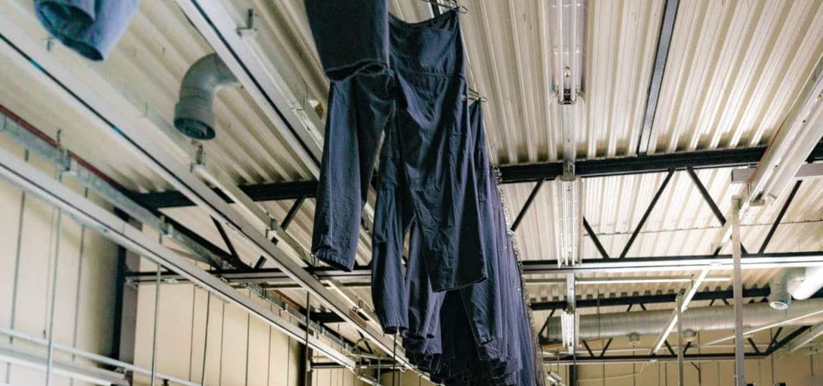 Arbeidsklær som henger til tørk