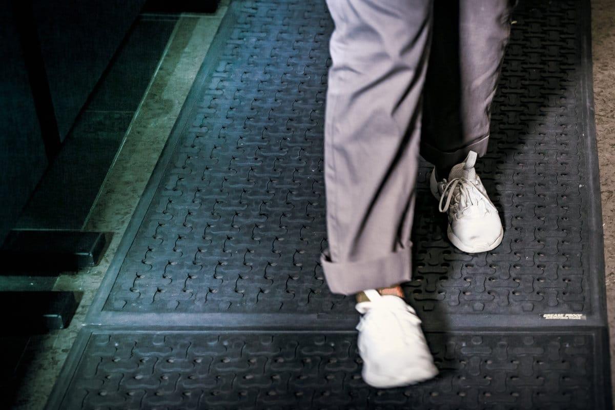 Nærbilde av beina til en person som går på avlastningsmatter