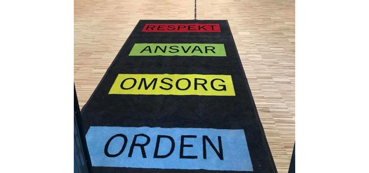 Matter til Brevik skole der det står: respekt, ansvar, omsorg, orden