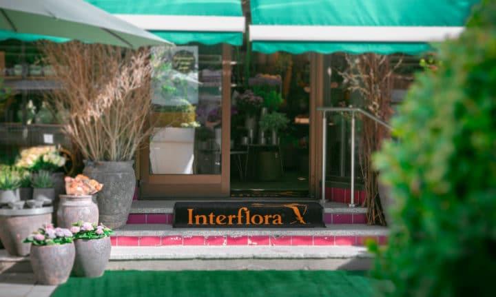 logomatte ved inngangen til en blomsterbutikk