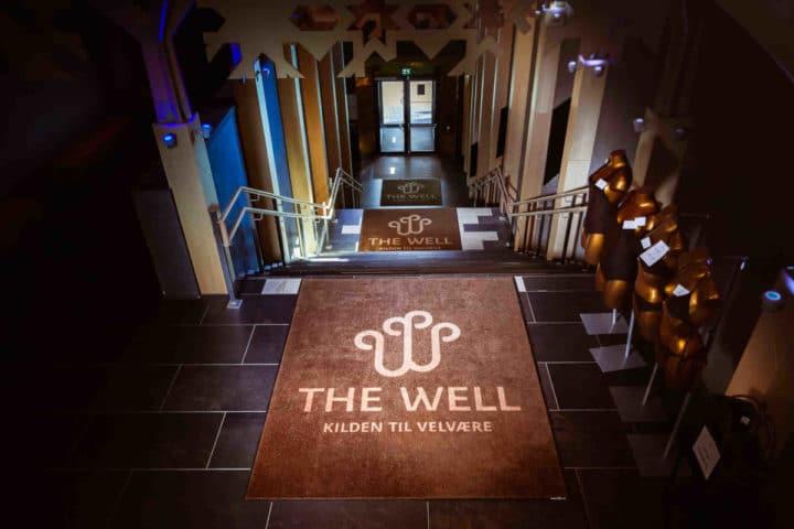 logomatter som ligger i trappene hos The Well